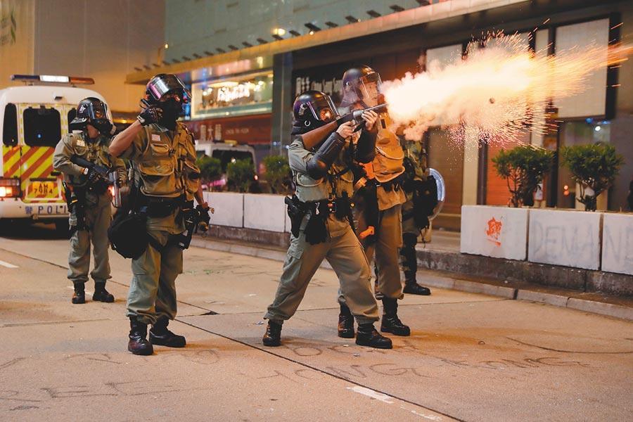 香港部分民眾27日下午在尖沙咀舉行追究警暴集會及遊行,再次與警方暴發衝突,圖為港警向示威人群發射催淚彈。(路透)