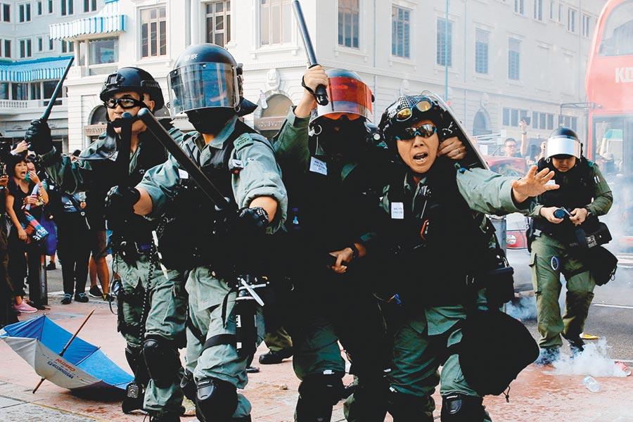 港府傳可能成立獨立調查委員,但不會取代監警會的地位。圖為27日防暴港警在尖沙咀驅示威群眾。(路透)