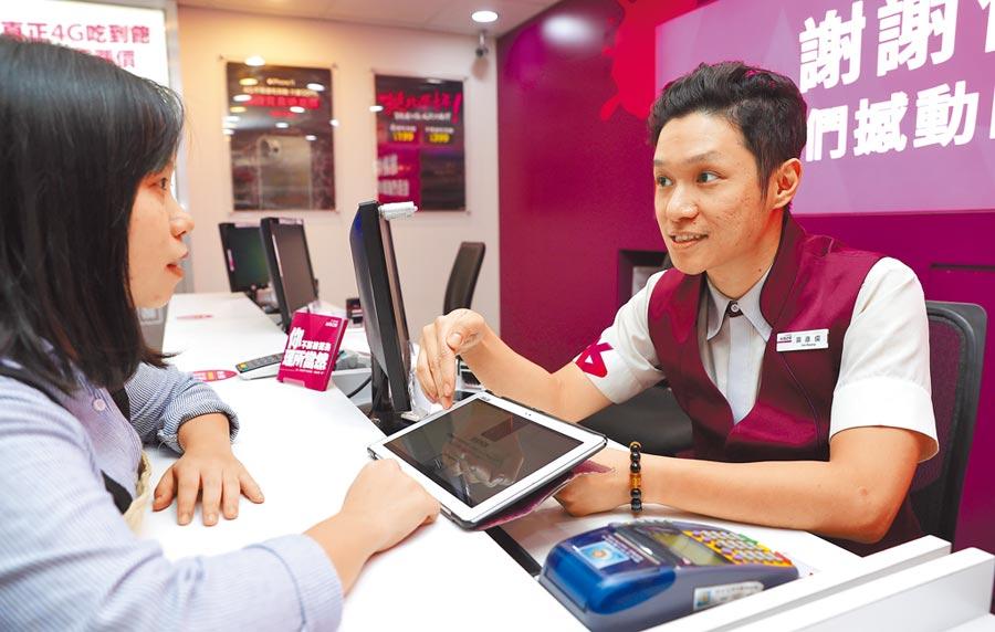 台灣之星門市正細心的向顧客解說產品。   (季志翔攝)