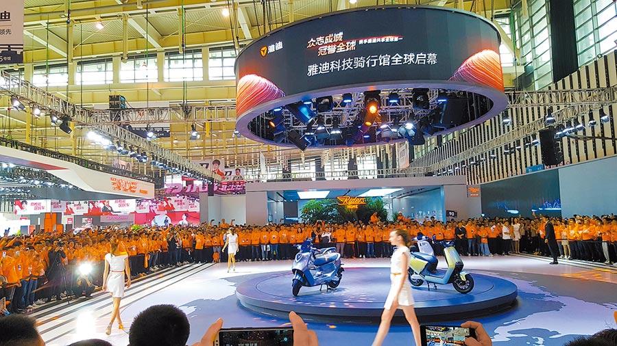 大陸雙輪電動車龍頭企業雅迪在南京新能源電動車暨零部件展銷會大放異彩。(葉文義攝)