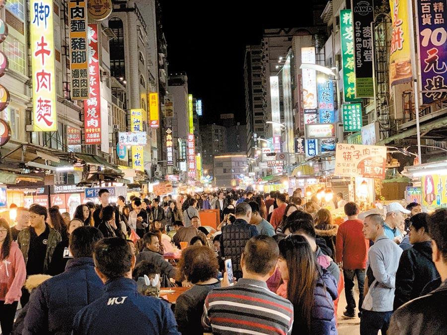 高雄六合夜市「高雄幣」使用率不高,開發商有意再推「商家幣」。(柯宗緯攝)