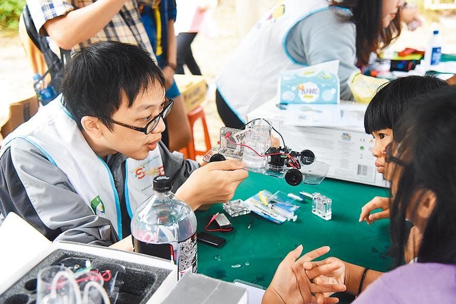 南花蓮科學周第一場活動以「氫燃料車」作為主軸,將氫能源環保無污染的特性傳達給孩子們。(王昱凱攝)