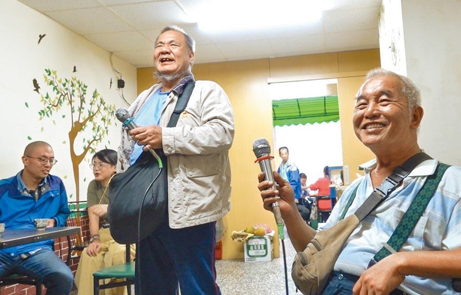 賈西亞(中),與好友飛機先生(右)曾一起賣《大誌》雜誌,愛唱歌的兩人偶爾相約去唱投幣式卡拉OK。(黃子明攝)