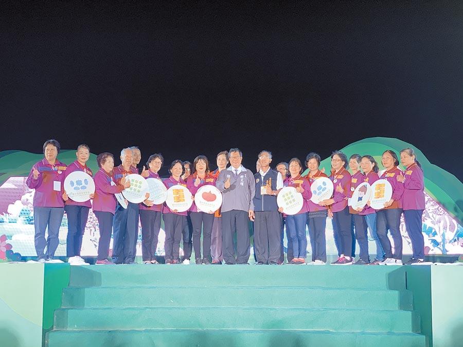 桃園農業博覽會畫下句點,市長鄭文燦(中)感謝各界人士投入參與活動。(呂筱蟬攝)