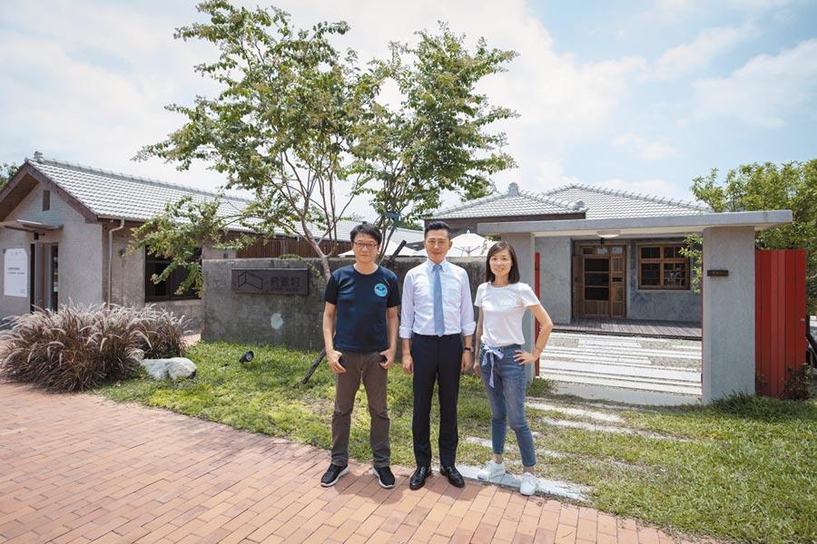 新竹市長林智堅(中)表示,目前的將軍村不僅成為假日親子遊憩去處,也是國外貴賓來訪時認識眷村文化的最佳地點。(陳育賢攝)