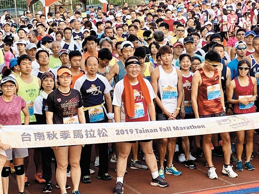 柳營牛奶節與台南秋季馬拉松路跑同時登場,柳營區長李宗翰(右四)參加競賽。(柳營區公所提供/劉秀芬台南傳真)