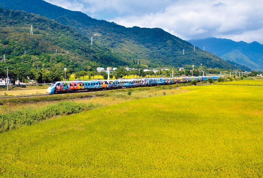 即將卸妝的原住民彩繪列車,27日上午行經池上,吸引鐵道迷搶拍「移動的風景」最後身影。(莊哲權攝)