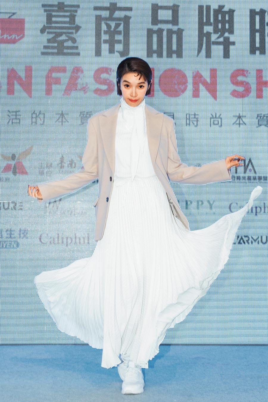 蔡淑臻以偏中性帶著文青風的造型,出席「埕現」台南品牌時尚秀。(伊林娛樂提供)