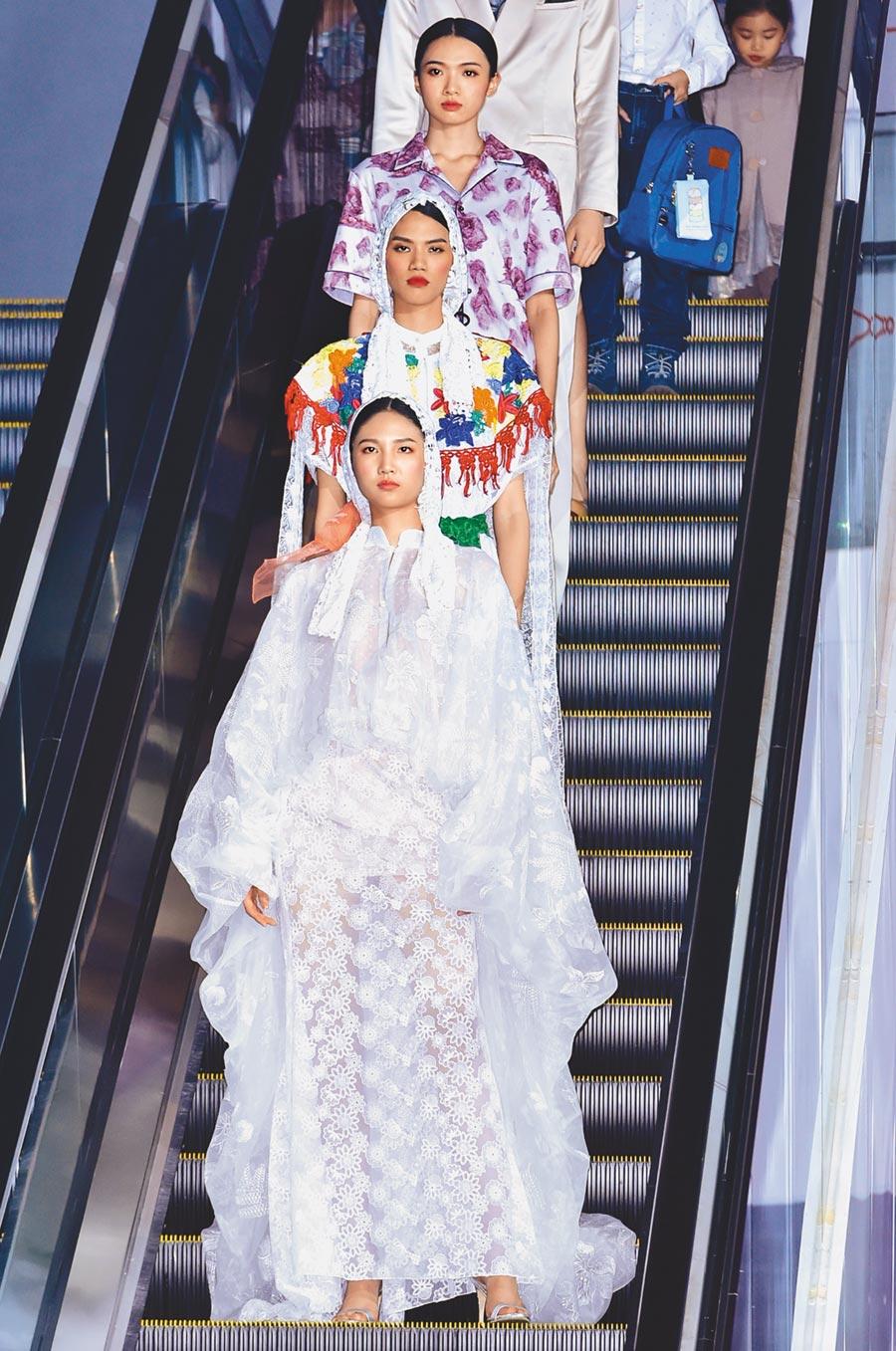伊林新生代超模陳詠芯(前)領軍伊林模特兒,在台南美術館2館一起演繹時尚秀。(伊林娛樂提供)