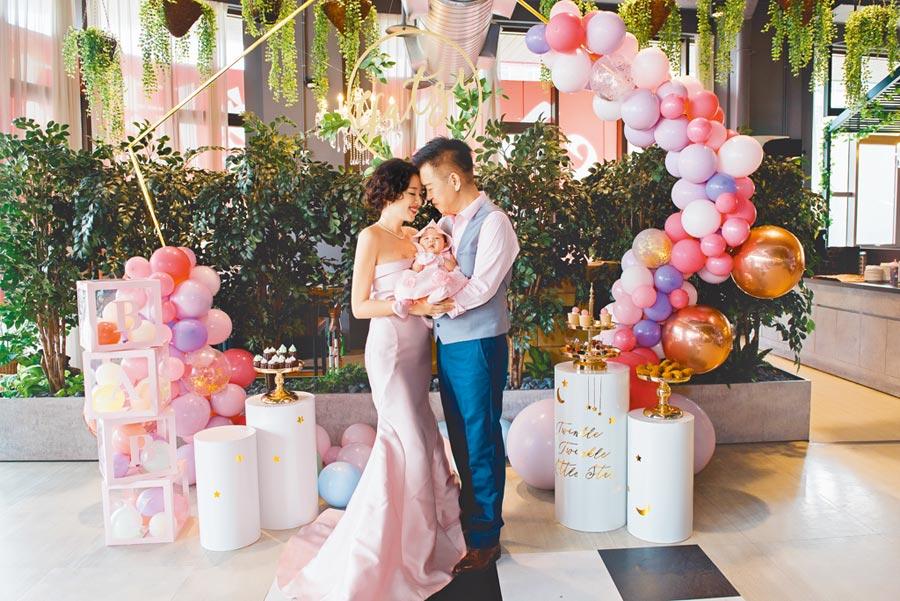 劉伊心(左)、林志隆夫妻昨為愛女牙子舉辦雙滿月派對。(親愛的莉絲提供)
