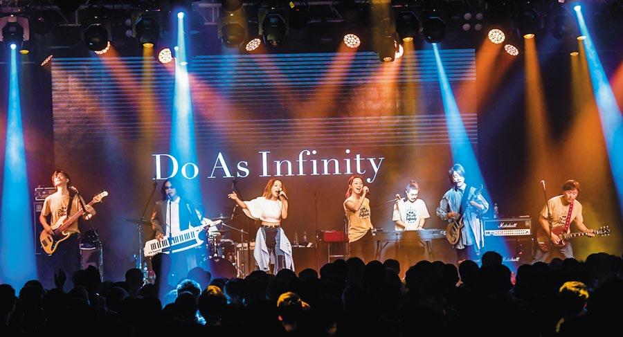 大無限樂團與F.I.R.飛兒樂團「世紀同框」同台演出。(盧禕祺攝)