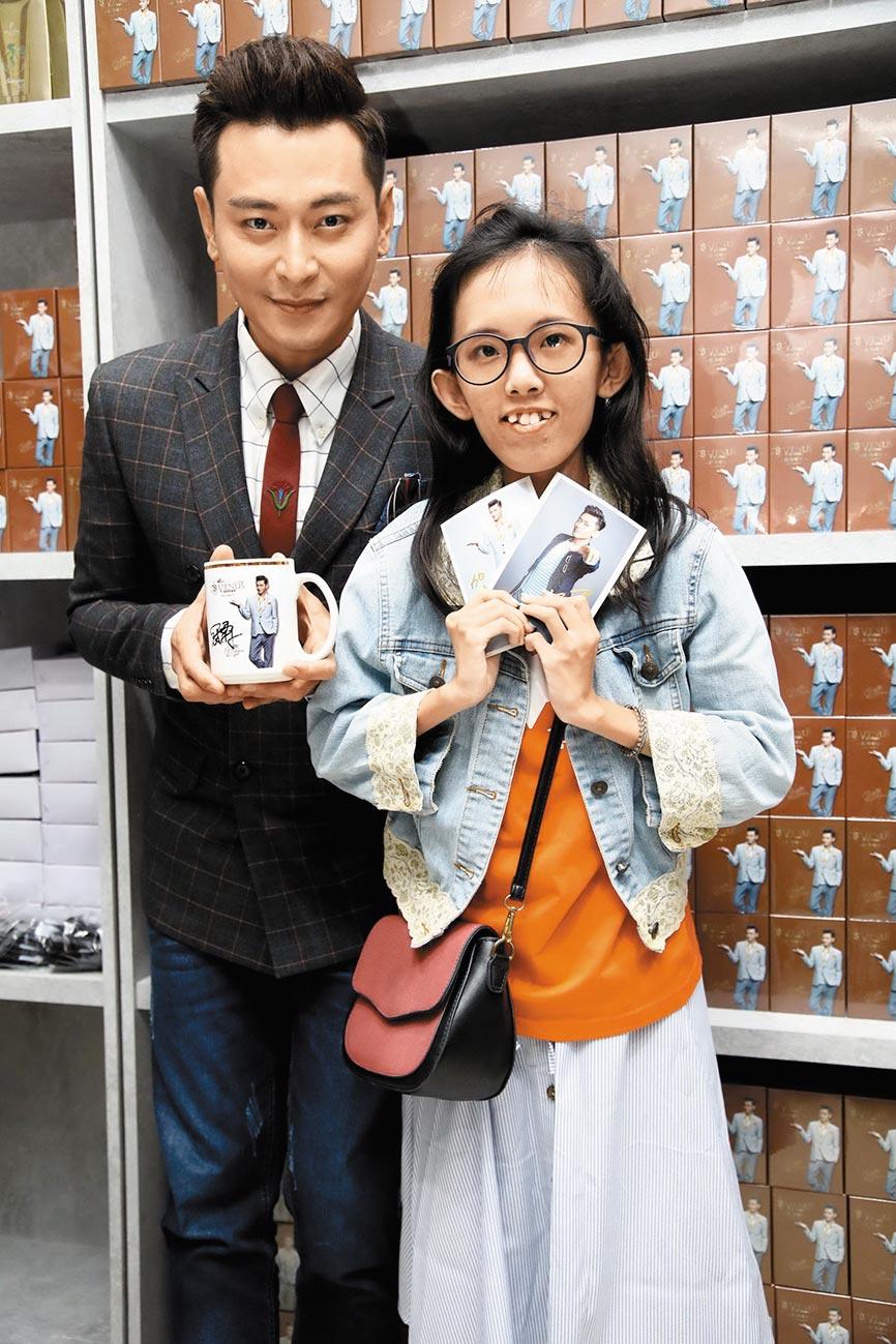 陳冠霖(左)送他親筆簽名的馬克杯給張姓女粉絲。(維納斯可可提供)