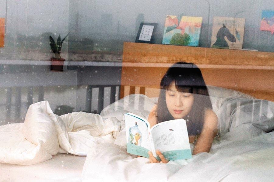 連俞涵在自己策展的301號房,住了兩晚順便看書充電。(連俞涵提供)