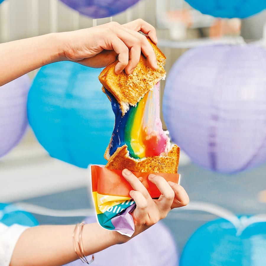 新光三越信義新天地日本商品展獨家初登場,原宿LE SHINER彩虹起司吐司150元,撕開可拉出一道彩虹。(新光三越提供)