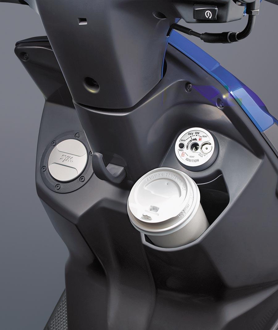 SYM活力125 ABS可放置700cc超大杯飲料。(SYM提供)