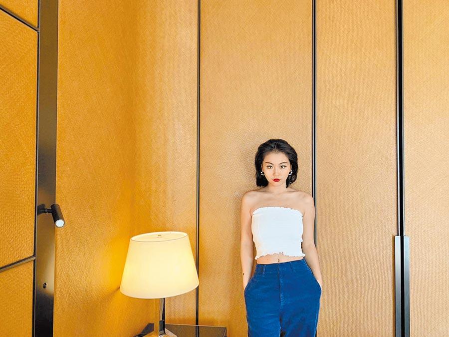 得獎名單(不分名次)  影視小說組張今兒 〈玫瑰彌撒〉 1993年生,上海女郎,克萊登大學花瓶杜撰學PHD,胡同餐吧服務員,經常在世界各地不同城市漫無目的居住。謀生職業為世界最盈利賭場之專欄作家。