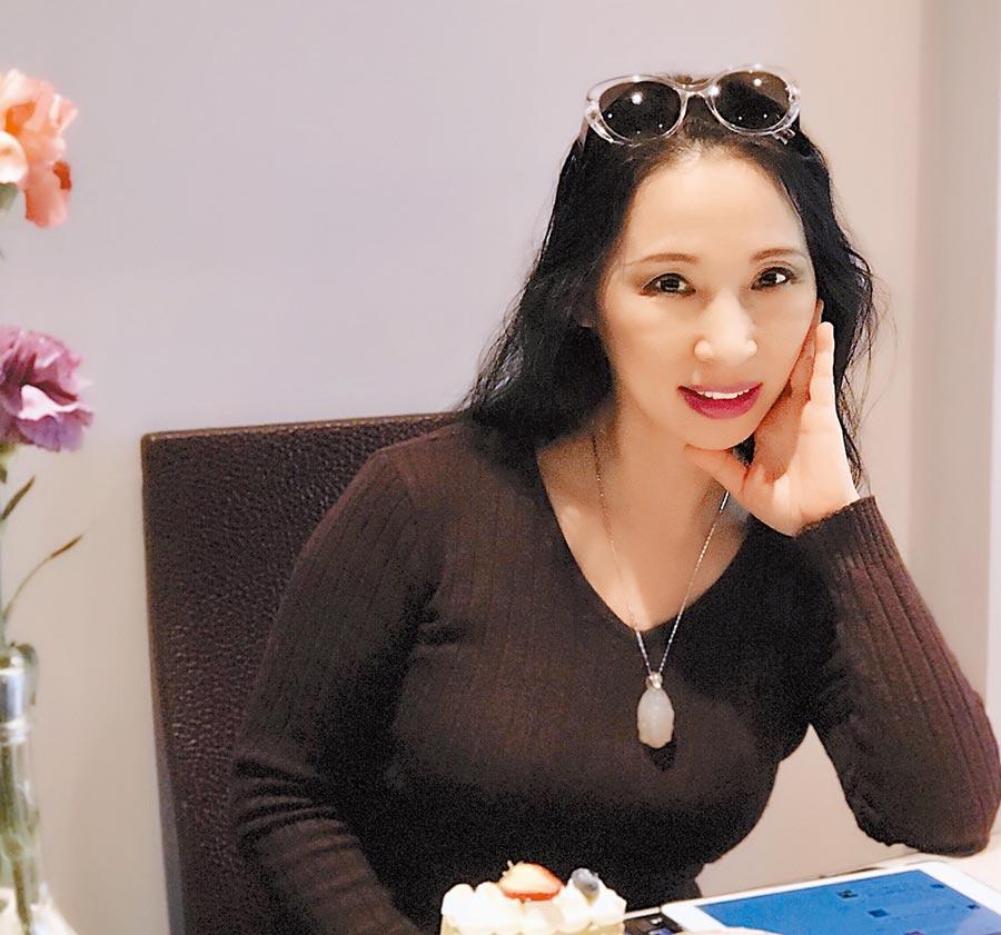 得獎名單(不分名次)新詩組宇秀(Yu Xiu) 〈下午有這樣一件旗袍〉 祖籍蘇州,現居溫哥華,加籍華裔。《南方週末》、《高度》&《她鄉》週刊(加拿大)專欄作者。文學、電影雙學歷。做過大學教師、電視記者、編導、獨立製片人、文化活動及演出策劃人、專欄撰稿、報刊編輯、餐飲經營者等。散文隨筆集《一個上海女人的下午茶》、《一個上海女人的溫哥華》盛行坊間。著有詩集《我不能握住風》、《忙紅忙綠》,由洛夫、 弦等海內外名家聯袂推薦。各類作品獲獎數十項。