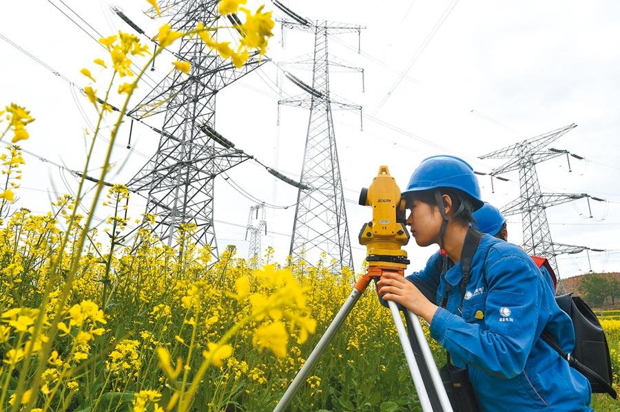 今年前9月,大陸電力熱力生產和供應業利潤率比去年同期增長13.7%。圖為國家電網青海檢修公司人員在海東市平安區小峽鎮巡線。(新華社資料照片)