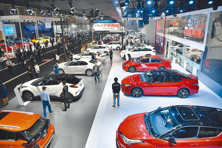 前9月,大陸汽車製造業利潤比去年同期下降16.6%,降幅比前8月收窄2.4個百分點。圖為10月24日,觀眾參觀昆明車展。(中新社)