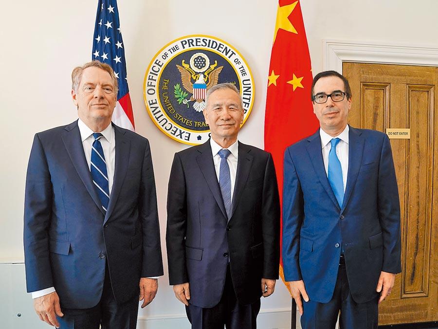 10月10日,大陸國務院副總理劉鶴(中)與美國貿易代表萊特希澤(左)、財政部長努欽(右)開始新一輪中美經貿高級別磋商。(新華社)