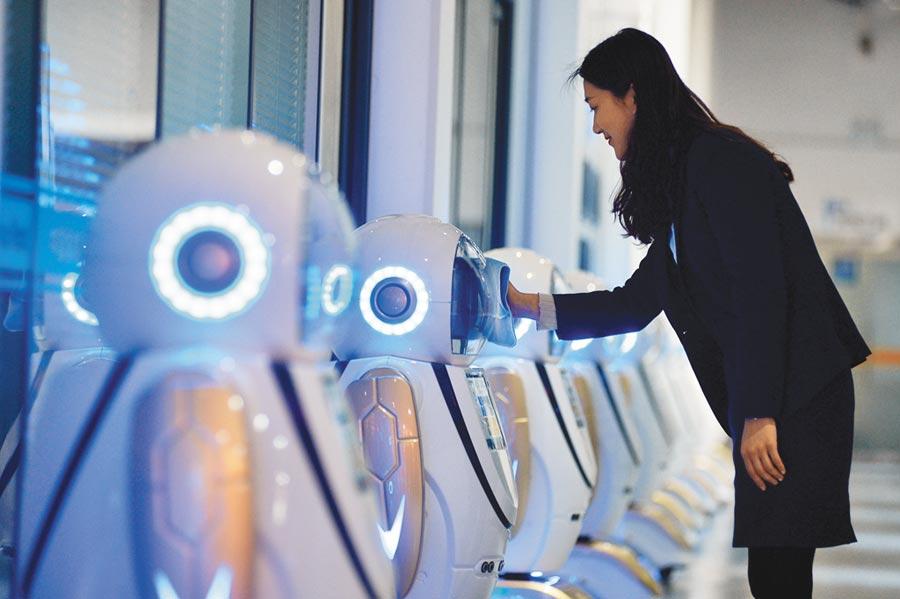 區塊鏈概念股集體高漲。圖為4月30日,山東日照高新技術產業園開發的商用服務機器人。(新華社)