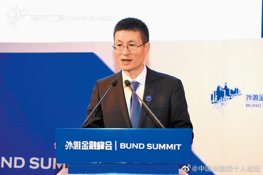 大陸國家外匯局副局長陸磊27日在首屆外灘金融峰會演講。(取自微博@中國金融四十人論壇)