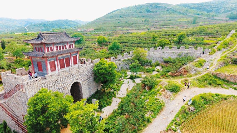 齊長城城牆遺址與錦陽關關口。(CFP)