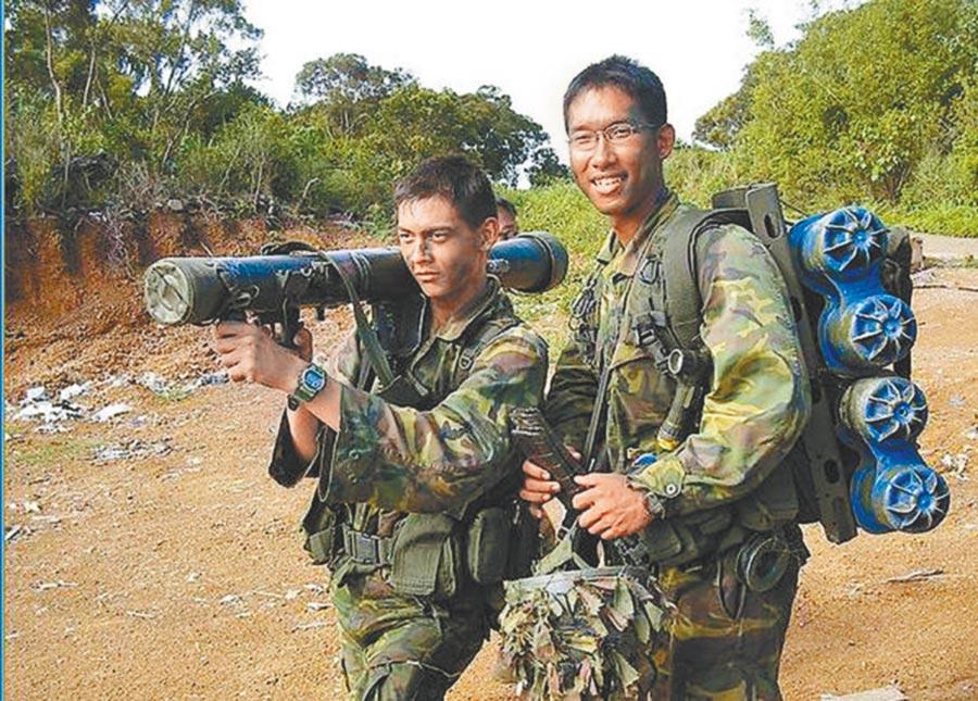 在台受訓、身穿國軍軍服的新加坡「星光部隊」。(本報系資料照片)