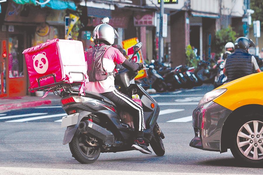 外送員在大街小巷間搶時間送餐,不僅安全問題值得重視,就連相關意外險及勞健保等議題也必須持續關注。(本報系資料照片)
