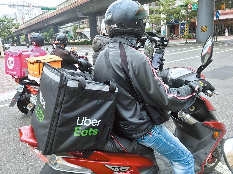 目前台灣各大都會區的馬路上,隨處都可見到外送員穿梭其間。(本報系資料照片)