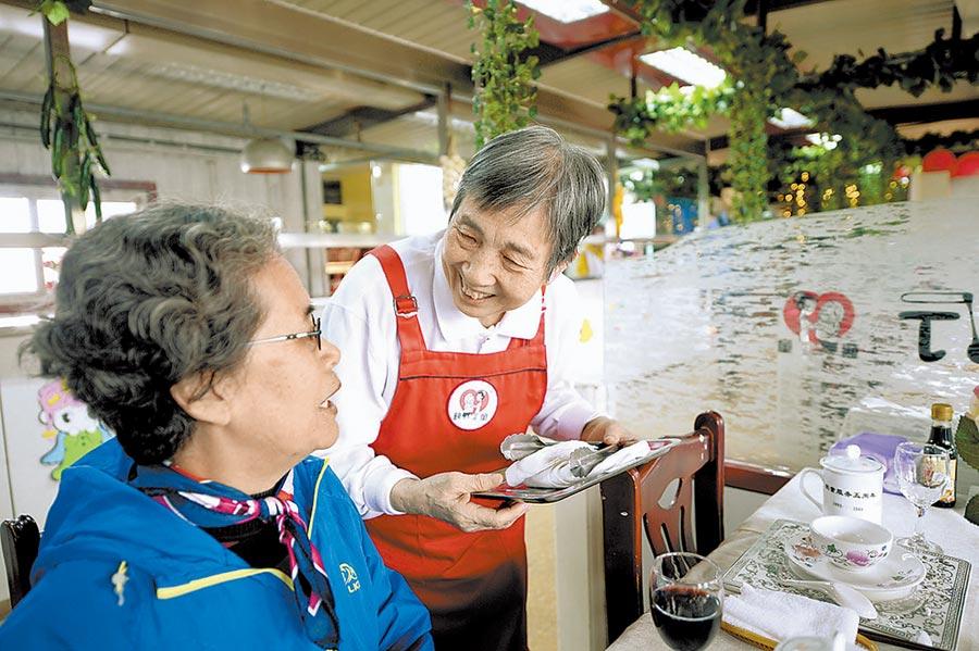 老人與顧客交流。(曹彤攝)