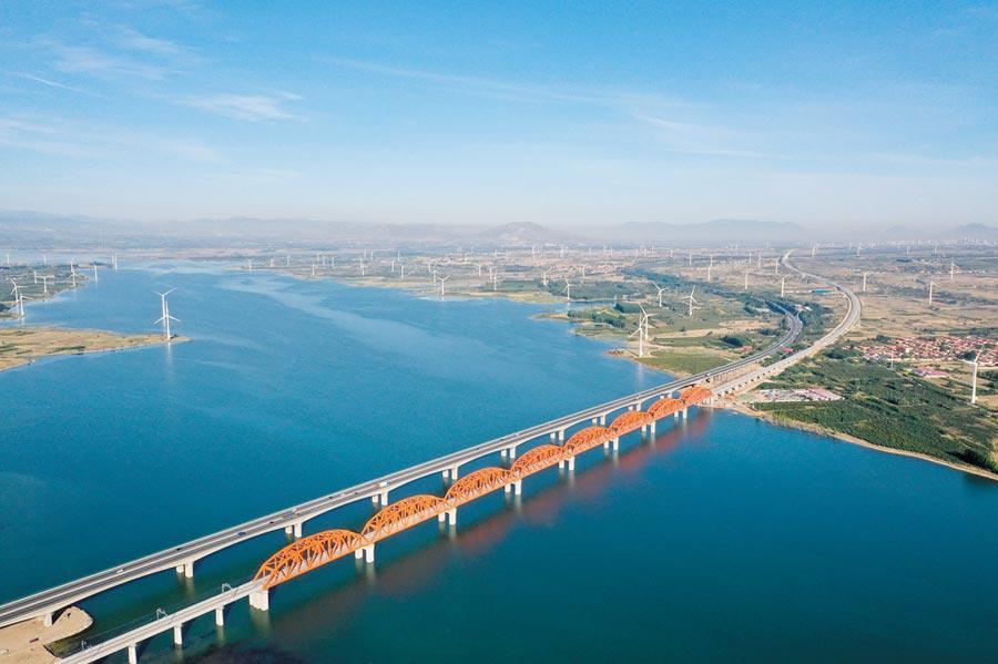 京張高鐵今年底開通。圖為5月29日,京張高鐵官廳水庫特大橋鋪軌完成。(新華社)