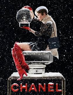 女星莉莉蘿絲‧戴普換上耶誕新裝 完美演繹香奈兒頂級香氛