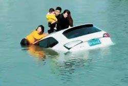 轎車衝入河 7勇士泳救4人