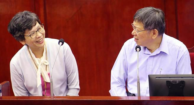 台北市議會下午進行市政總質詢及答覆,柯文哲(右)率局處首長列席備詢。(范揚光攝)