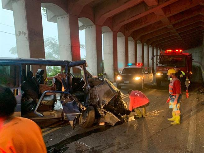 一台廂型車在阿里山公路79.5k處自撞山壁,消防人員到場救出受困車上的民眾。(翻攝照片/張亦惠嘉縣傳真)