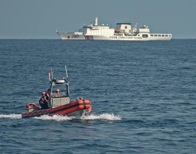 圖片前方是美海警船史塔頓號派出的快艇,後方即是中國大陸的2901號萬噸巡邏艇。該巡邏艇是大陸最大的海警船。(圖/環球網)