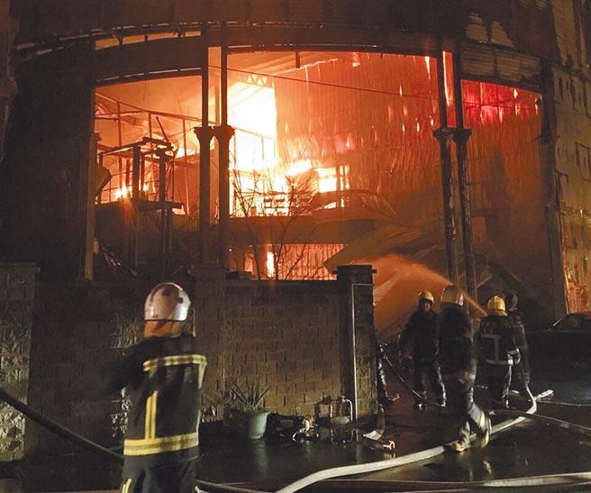 新屋保齡球館大火造成6勇消葬生火窟。(蔡依珍攝)