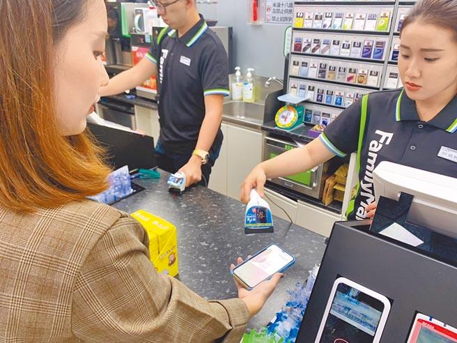 全家APP推出「零錢殺手」新功能,可把實體零錢轉進虛擬錢包使用。(吳奕萱攝)