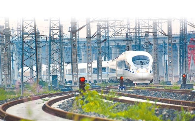 京滬高鐵上一列開往上海虹橋方向的動車組列車在軌道上行駛。(新華社資料照片)