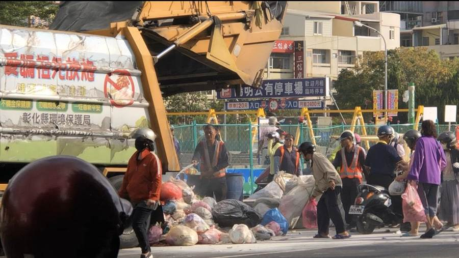 垃圾車起燃,滿載垃圾一一清出再回籠,清潔隊員辛苦了。(陳杰服務處提供/吳敏菁彰化傳真)