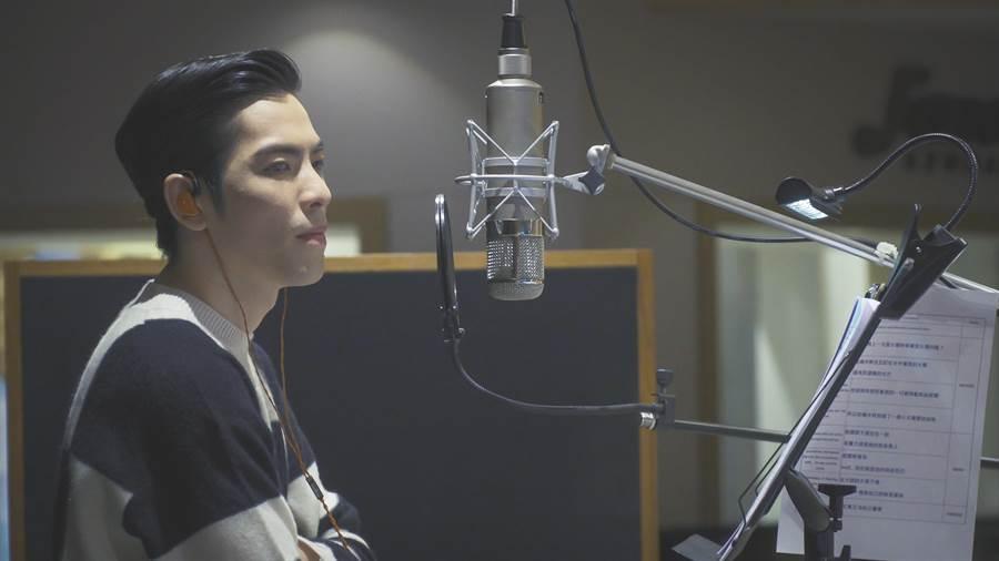 蕭敬騰為《咕嚕米的眼睛》配音時,入戲深,頻追問劇情。(HTC提供)