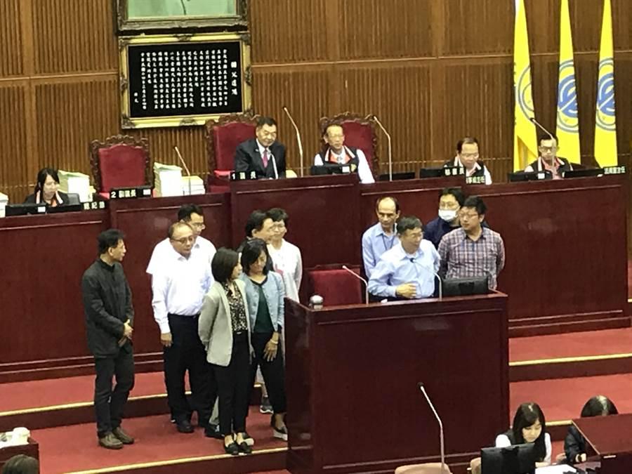 市議員秦慧珠要求曾請學姐黃瀞瑩代言的局處首長上台,果然有許多局處首長上台「自首」。(陳俊雄攝)