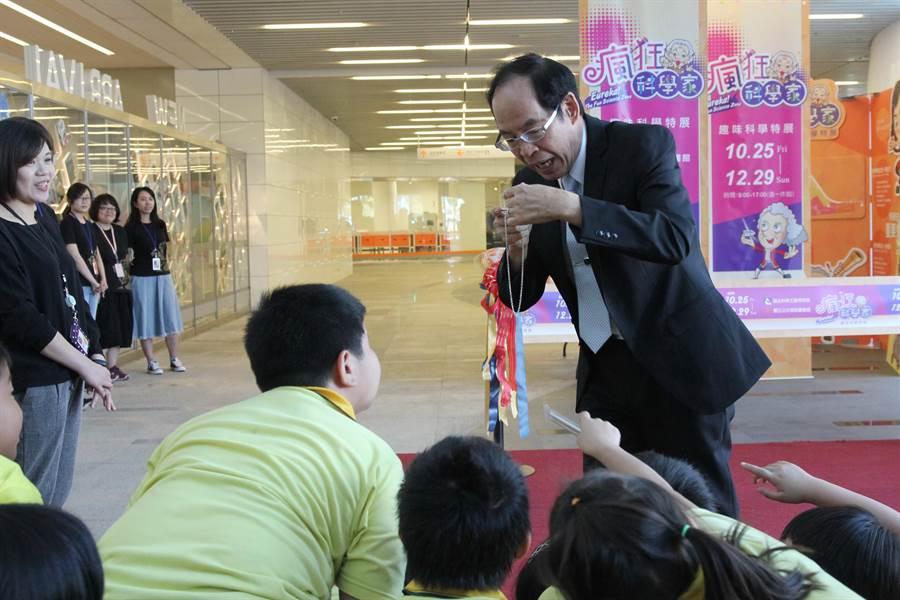 「趣味科學特展」開幕儀式,科工館館長陳訓祥以魔術表演與小朋友歡樂互動。(陳淑芬攝)