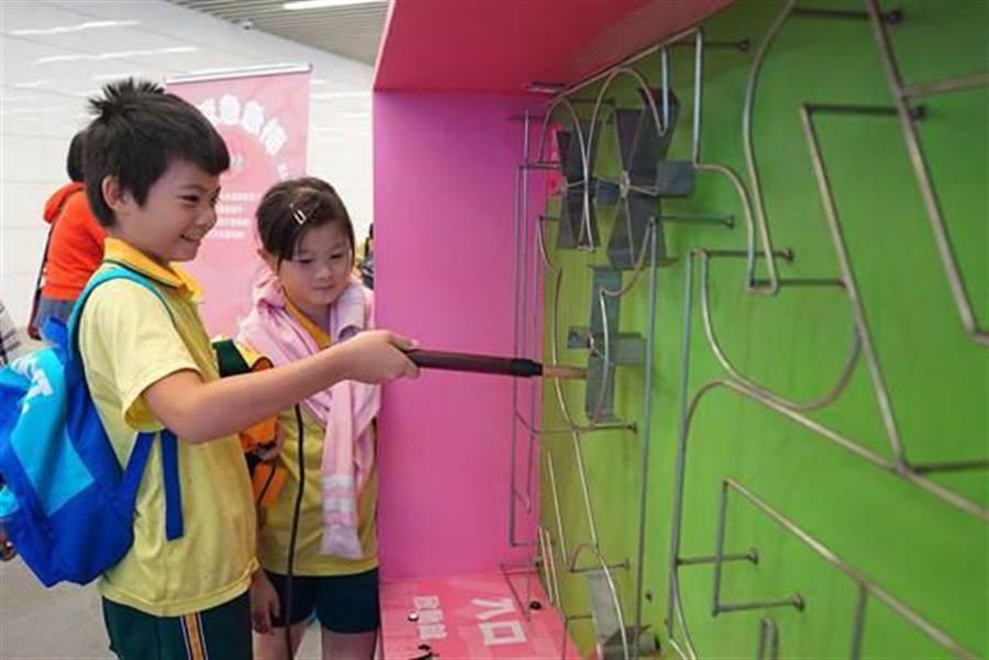 國資圖推出「趣味科學特展」,透過互動科學遊戲帶領小朋友走入科學的世界。(國資圖提供/陳淑芬台中傳真)
