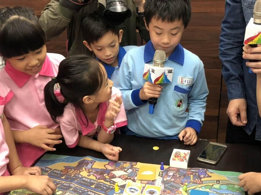 基隆市文化局為鼓勵在地青年、學子了解基隆歷史及文化,創意開發製作出「大基隆小時光」的桌遊,並與教育處合作量產500套,並送入校園供教學使用。(吳康瑋攝)