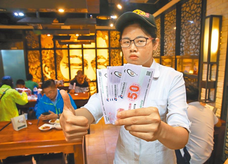 政院政務委員龔明鑫28日表示,目前已發182萬張夜市抵用券,共回收47萬張。(陳君瑋攝)