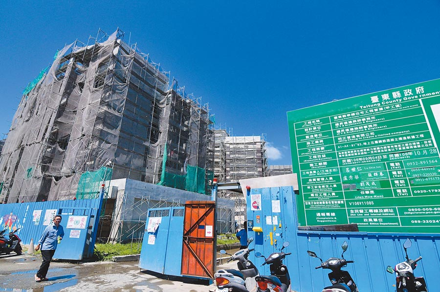 幸福住宅工期延宕,台東縣議員憂心造成住戶經濟壓力。(莊哲權攝)