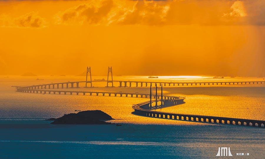 港珠澳大橋通車滿周年,「橋牽三地」亦成為澳門新八景之一。(中華文化交流協會提供)
