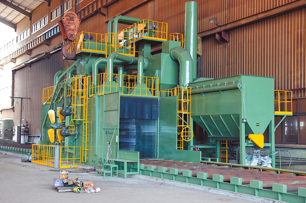 大鎪科技鋼構專用「全自動滾輪輸送式噴洗機」。圖/大鎪科技提供